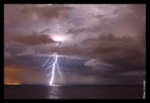 Elías Gomis Martín Rayo cayendo al mar en la Bahía de Alicante. Un instante fugaz que puede ser retenido indefinidamente.