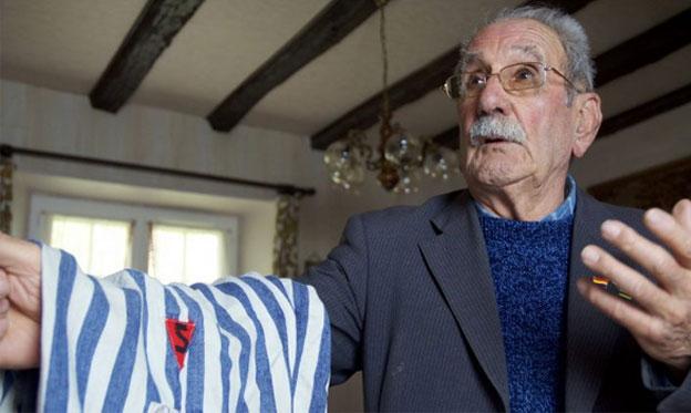 Uno de los entrevistados en el documental, Vicente García Riestra, con el pijama de rayas que lleva el distintivo de los españoles y que vistió durante su cautiverio en Buchenwald./ Carlos Hernández