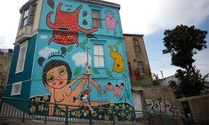 Mon Laferte pinta un mural en Chile sobre