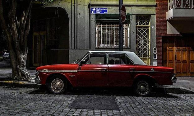 Gerardo Korn, el 'cazador nocturno' que recorre las calles de Buenos Aires para fotografiar autos clásicos abandonados