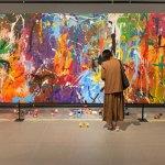 """Una pareja pinta sobre una supuesta obra de """"arte participativo"""" y arruina un grafiti valorado en 500.000 dólares (VIDEO)"""