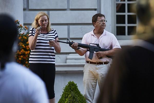 Mark y Patricia McCloskey frente a su residencia del Central West End en St.Louis con armas de fuego.