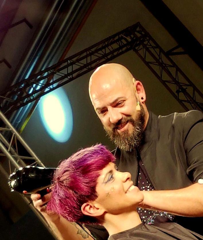 Conheça Carlos Almeida, um dos cabeleireiros mais reconhecidos do Porto.