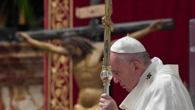Photo of Papa critica uso de crucifixo como amuleto ou adorno