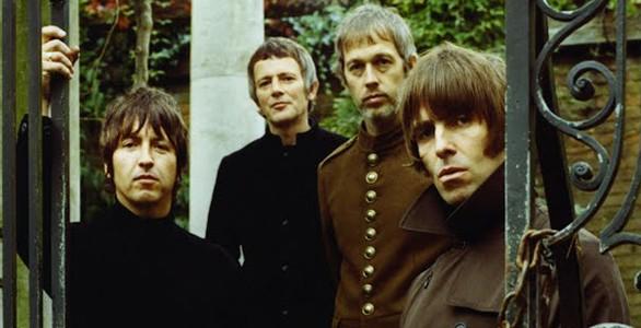 Liam Gallagher em primeiro plano com sua banda o Beady Eye