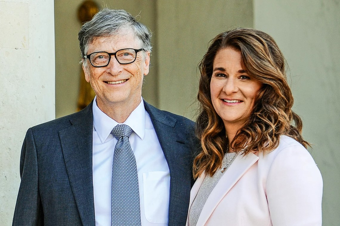 671289370 - Bill and Melinda Gates pose in front of the Elysee Palace before receiving the award of Commander of the Legion of Honor by French President Francois Hollande on April 21, 2017 in Paris, France. French President Fran?ois Hollande awarded the Honorary Commander of the Legion of Honor to Bill and Melinda Gates as the highest national award under the partnership between France and the Bill  Credito: Frederic Stevens/Getty Images