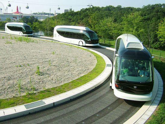 Os serviços de ônibus com guias ou literalmente sobre trilhos marcaram presença em operações reais ou em testes pelo mundo. Pela ordem das fotos: Mannheim (Alemanha), Nagoya (Japão) e o IMTS da Toyota.