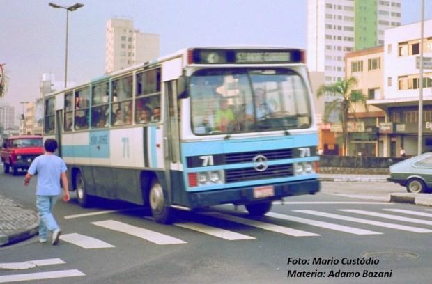 Os ônibus das linhas municipais tinham detalhes vermelhos e das intermunicipais, azul claro, antes da padronização da prefeitura de Santo André e da EMTU