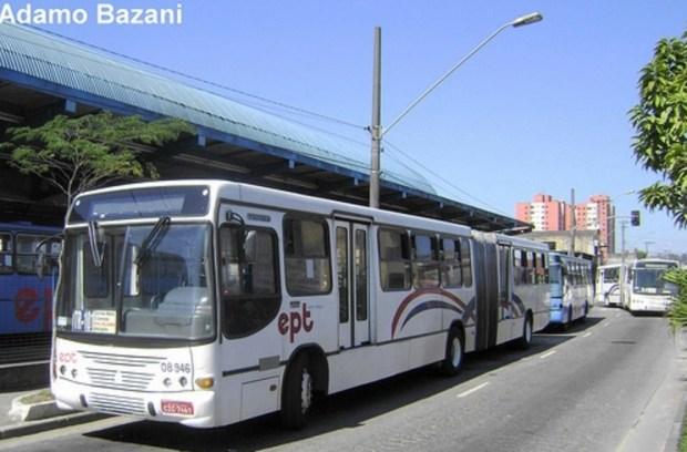 Ônibus da Expresso Guarará, ao lado do terminal Vila Luzita, ainda com o primeiro padrão de pintura