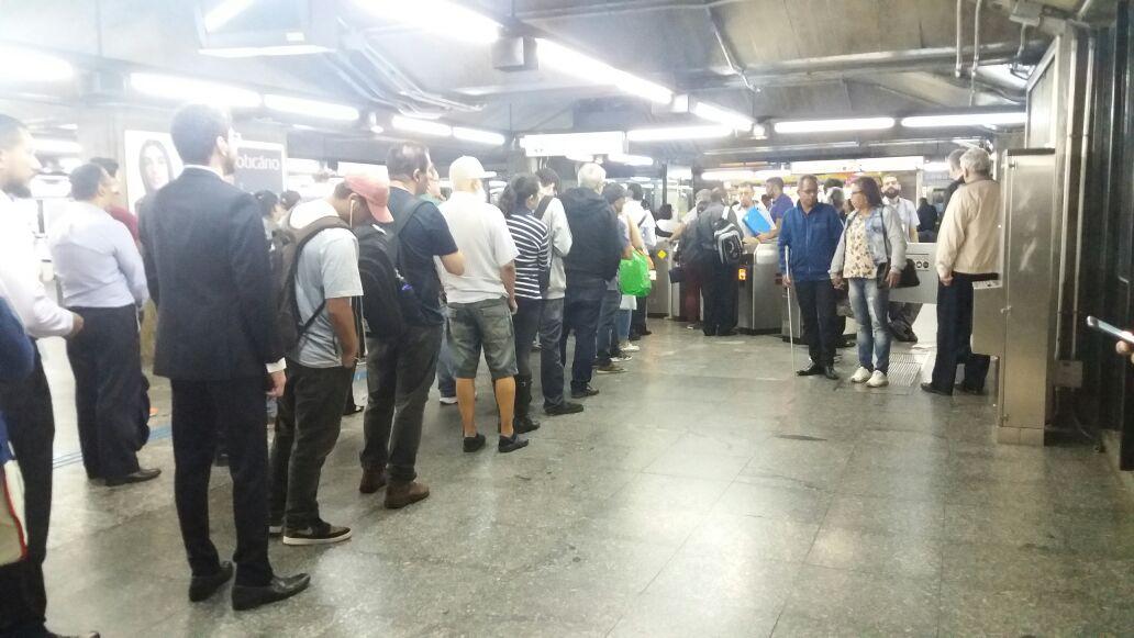 Linha 1 - Azul é fechada devido falta de energia