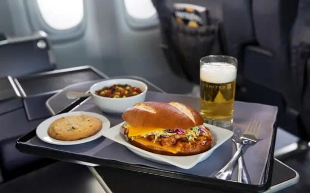 United terá novo menu para cabines premium em voos Express