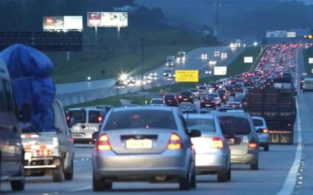 Dois milhões de carros devem deixar SP no feriado
