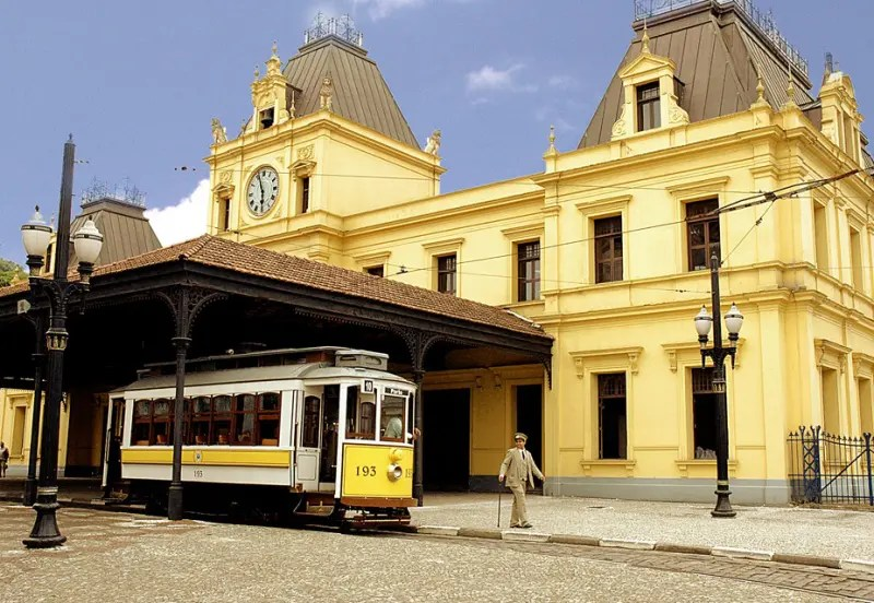 O bonde de Santos parado em frente a atual secretaria de Turismo da cidade (Foto: divulgação)
