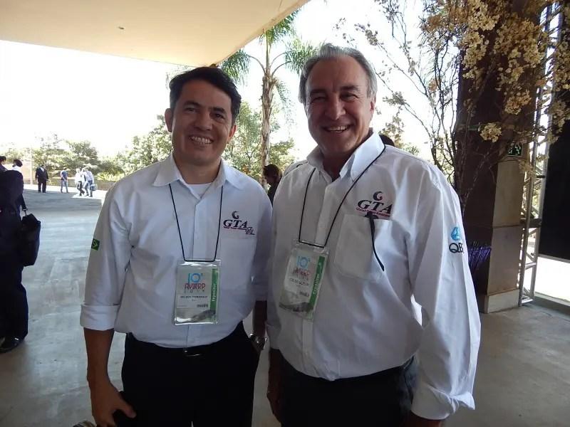 Gelson e Celso Guelfi na entrada do Centro de Convenções. Foto: Marcos J. T. Oliveira