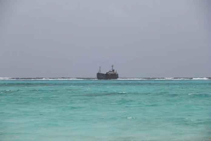 Um navio, mais ao longe, materializa essas explicações da física. Encalhou em uma avenida de corais e hoje encouraça-se de sal e cálcio integrando-se à paisagem