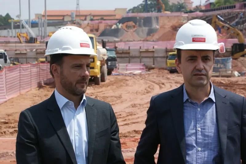 Claudio Zafiro, da Odebrecht, e Antonio Dias visitam as obras do complexo. (Foto: DT)