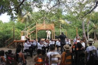 Aspecto geral da apresentação, com palco, orquestra e público