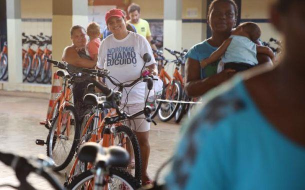 Moradores de Fernando de Noronha recebem bicicletas do Bike Noronha
