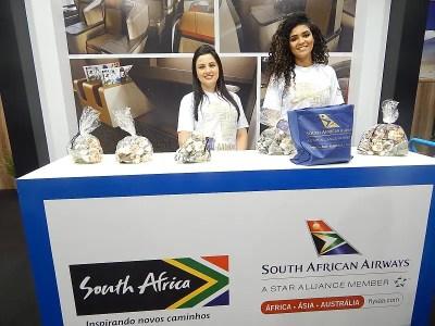 Recepcionistas no estande da África do Sul. (foto: DT)