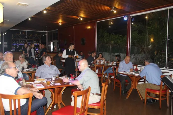 Clientes, fornecedores e amigos participaram o happy hour