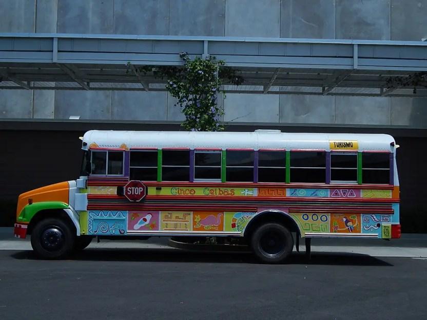 Ônibus típico da Costa Rica. Todos são muito coloridos e enfeitados. (Foto: Marcos J. T. Oliveira)