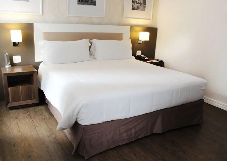 Um dos apartamentos que destaca a cama espaçosa e confortável (Foto: divulgação)