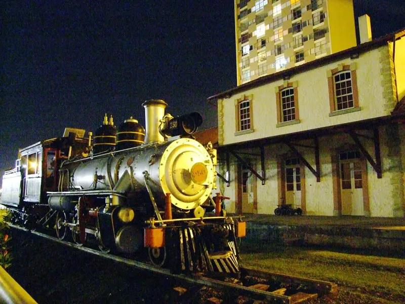 Casa da Memória: Este edifício de estilo eclético, foi inaugurado em 1894, para ser sede da primeira Estação Ferroviária de Ponta Grossa. Servia de embarque e desembarque de passageiros, bem como para o transporte de cargas (Foto: Wanter Alves).