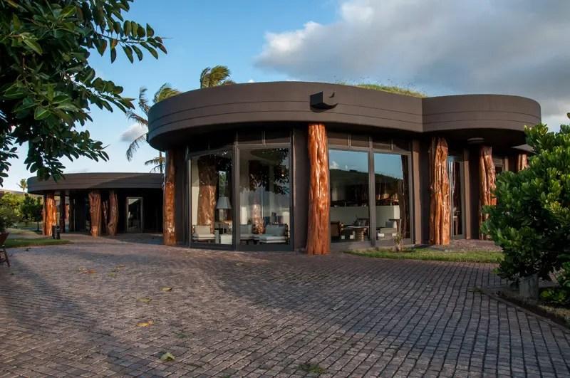 A concepção arquitetônica do hotel homenageia os antepassados da aldeia de Orongo