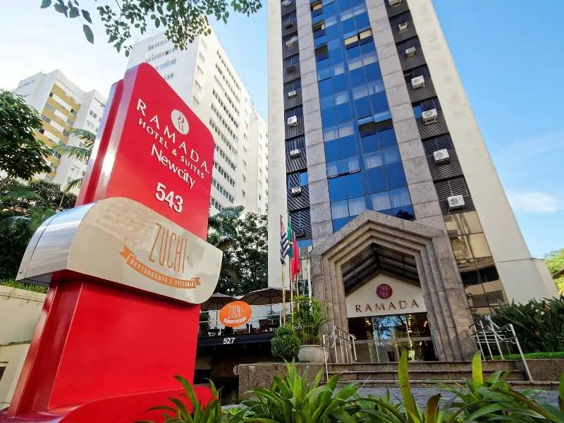 O Ramada Itaim conta 65 apartamentos, oferece academia aos seus hóspedes, além de restaurante que serve café da manhã, almoço e jantar (divulgação)