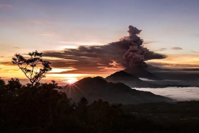 Fumaça de vulcão força cancelamento de dezenas de voos e afeta dois mil passageiros em Bali