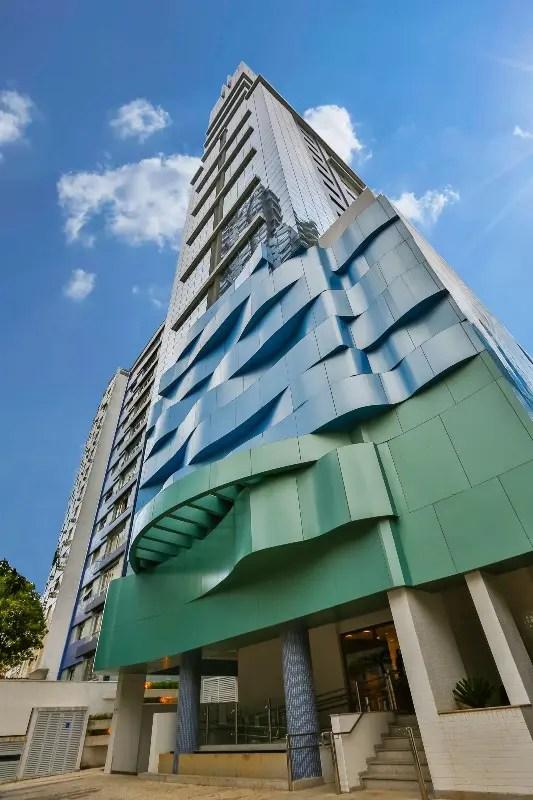 Além da decoração colorida e dos móveis modernos da unidade santista, o que chamou a atenção da reportagem do DIÁRIO DO TURISMO foi a estrutura futurista do hotel, em um tom azulado quase metálico (Crédito: DT)