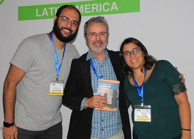 Os amigos Raphael Trindade e Priscila Garcia, com Paulo Atzingen