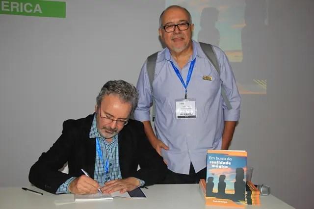 Roberto Maia, jornalista que fez a apresentação do livro, durante o autógrafo