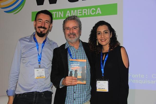 Os amigos Alessandro Leonardo e Thaís Rechi com Paulo Atzingen