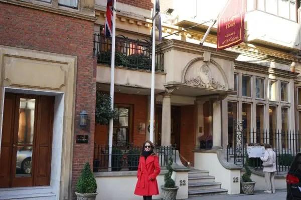 A jornalista Adriana Reis na frente do hotel The Capital