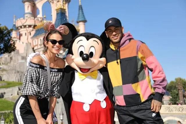 Neymar e Bruna comemoram aniversário do Mickey em Disneyland Paris