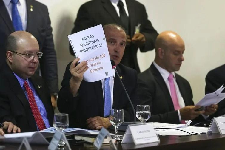 """""""Ministro do Turismo não será demitido, por enquanto"""", garante Onyx Lorenzoni"""