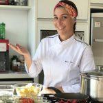 Chef Bianca Folla apresenta especiarias para a cozinha