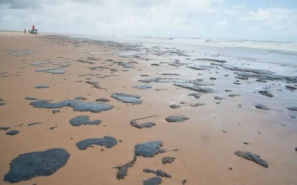 Manchas de óleo atingem praias do Nordeste e já afetam turismo