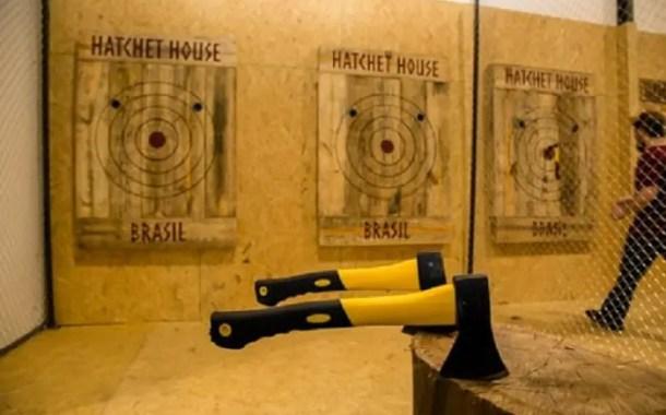 Empresários lançam a primeira casa especializada em arremesso de machado do país