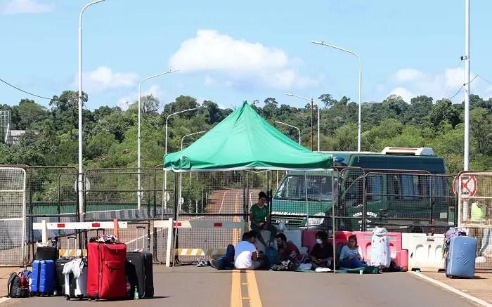 Grupo de argentinos ficam ilhados em ponte entre Brasil e Argentina