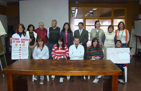 Alumnos, directivos, e integrantes de Hemoterapia.