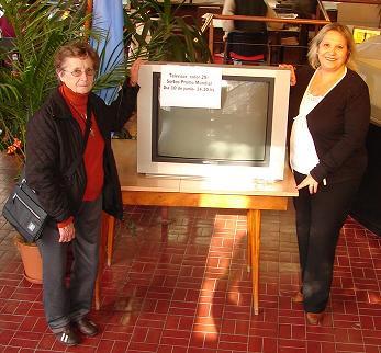 Elda Picco con el tv, junto a la Directora de EL 9 DE JULIO Estela manfredi.