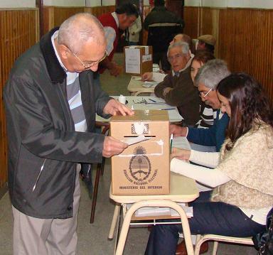 José María Roggero emitiendo su voto.
