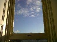 Después de compartir habitación toda mi vida con mi hermana pequeña, y nada más venir a Edimburgo con seis personas más, vino mi primera casa, mi primera habitacion. ¡Ya era independiente! Un cuartito pequeño con una ventana inmensa fue mi primer refugio.