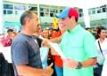 """Ayer el gobernador del estado Miranda, Henrique Capriles Radonski, hizo acto de presencia en la plaza del Mercado Plaza Los Teques para hacer la entrega de créditos productivos para la economía informal y  el plan """"Mi Bodega""""."""