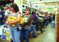 Desde tempranas horas se observó una kilométrica cola que salía del Centro Comercial Los Nuevos Teques, eran personas que se aglomeraron a las afueras del automercado San Diego ya que algunos productos de la cesta básica llegaron.