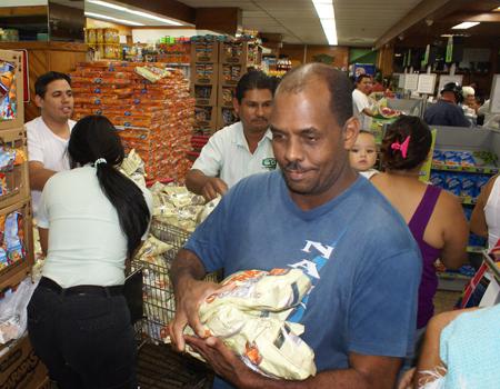 Policías controlaron situación de tensión en colas para comprar leche