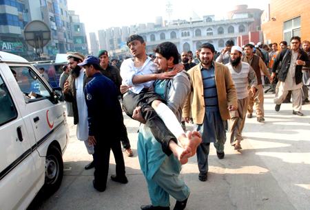 Un total de 141 personas, entre ellas 132 niños, murieron este martes en un atentado talibán contra una escuela para hijos de militares en Pakistán