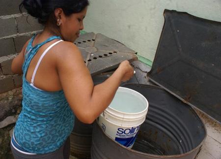 Sin agua y ahorrando la poca que tienen se mantienen día a día los habitantes de Los Teques